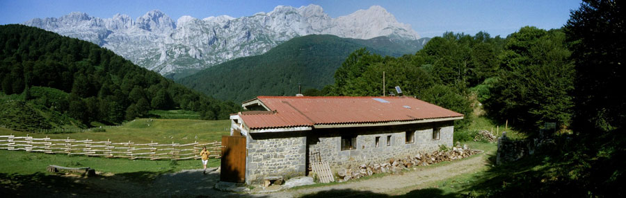 Refugio de Vegabaño con Peña Santa al fondo, Sajambre, Picos de Europa, León