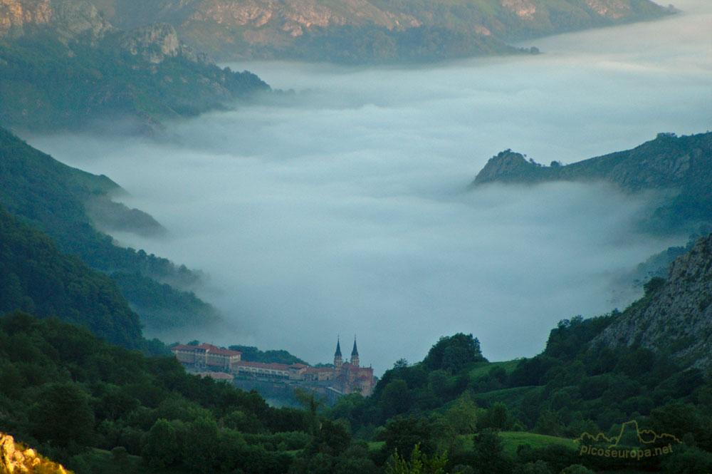 Vista del Santuario de Covadonga desde la carretera de subida a los Lagos de Covadonga