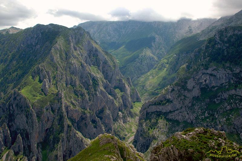 La Canal del Tejo por la que sube el camino a Bulnes desde las proximidades de