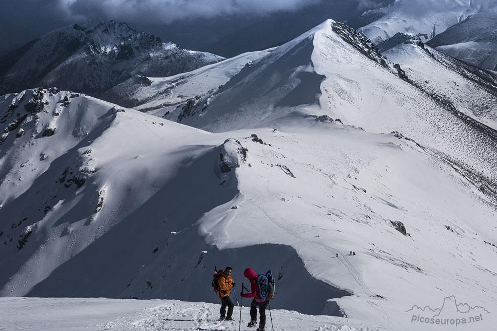 Ruta, fotos y track de la subida al Pico Coriscao desde el Collado de Llesba en el Puerto de San Glorio, un mirador excepcional sobre los Picos de Europa y Cordillera Cantábrica.