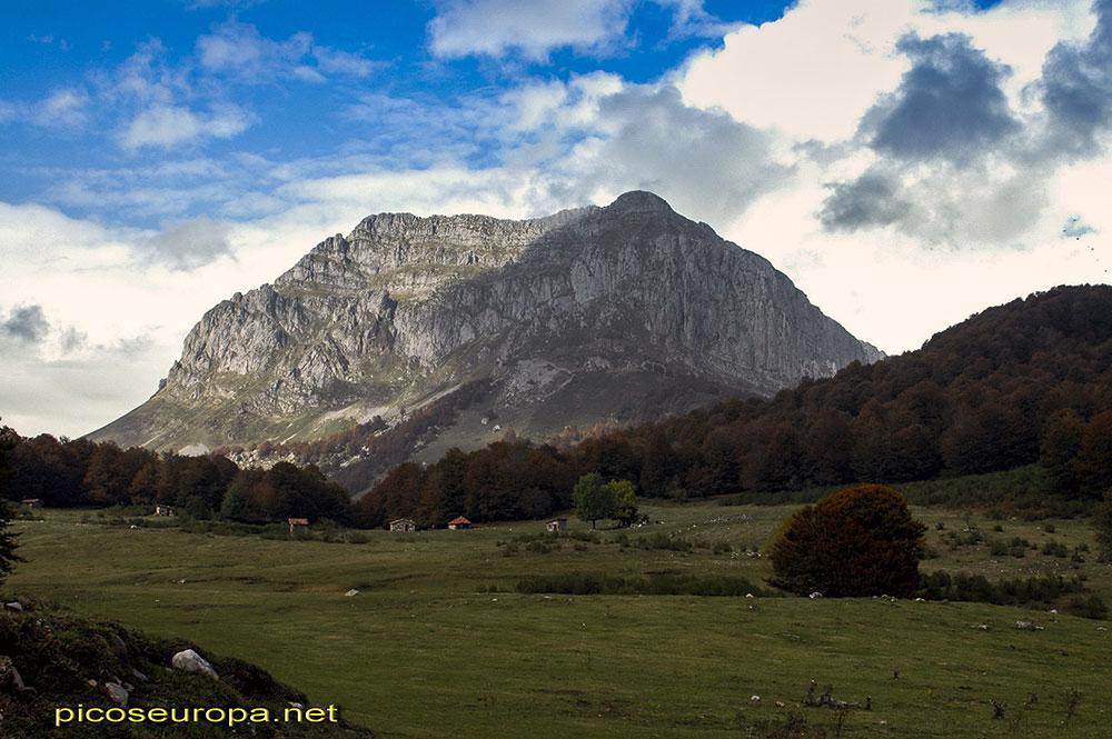 Vegabaño con Peña Beza al fondo, Sajambre, Picos de Europa, León